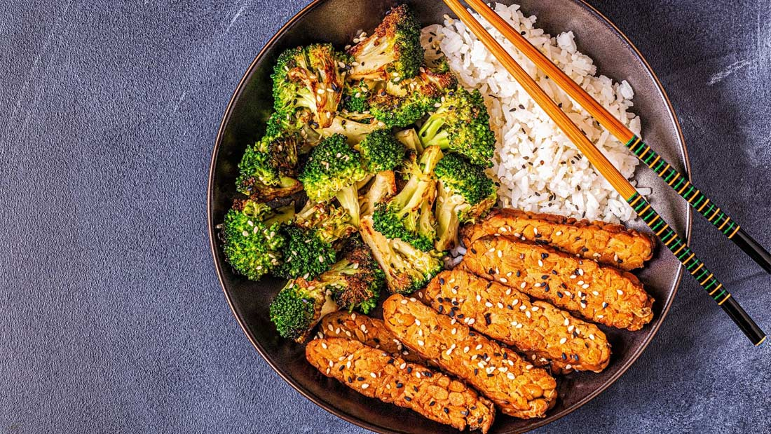 Tempeh with rice and broccoli