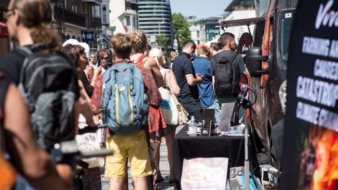 burger van queue